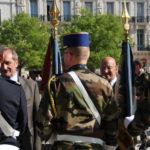 gerard-longuet-et-le-general-derville-saluant-les-emblemes-des-unites